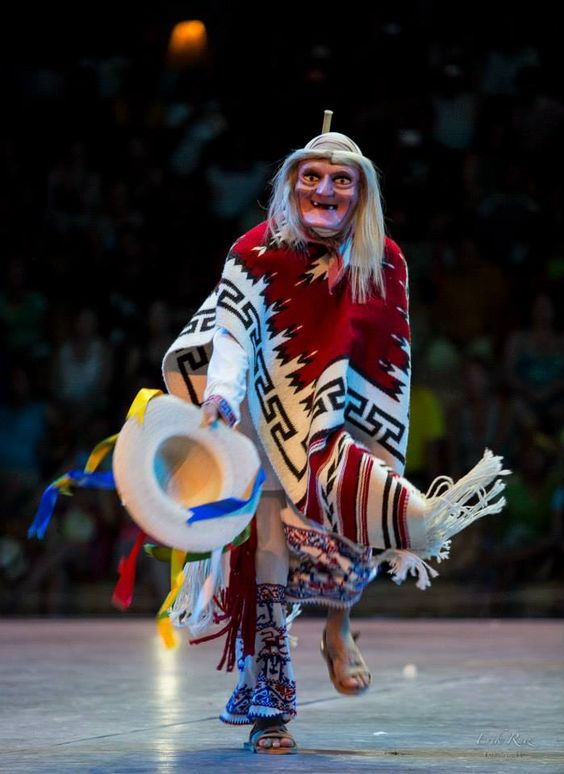 This image has an empty alt attribute; its file name is Viejitos-bailarines-de-Xcaret.jpg